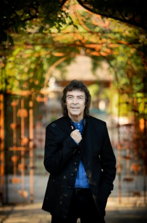 Steve Hackett, photo by Tina Korhonen 5288 outside press 1 hi res copy