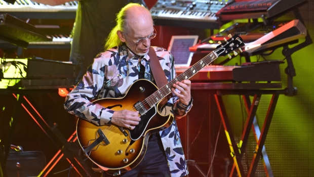 Steve Howe photo by Geoff Ford
